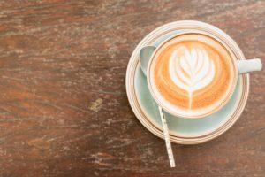 Se préparer et boire un bon café chaud l'hiver